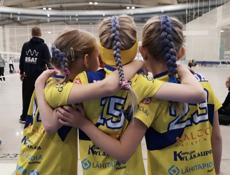 3 tyttöä halaa toisiaan